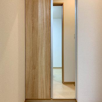 シューズ棚には鏡が付いています。