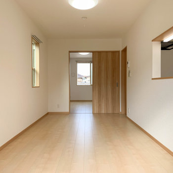 【LDK】ベランダ側から。奥に洋室があります。