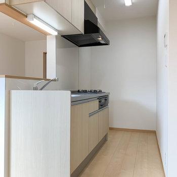 【LDK】キッチン部分へ。奥の角に冷蔵庫が置けます。