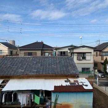 洋室からの眺望はお向かいのお家。