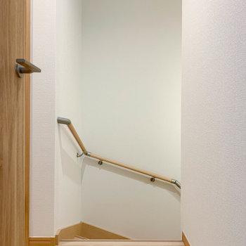 廊下部分へ。階段降りると玄関、左にサニタリーがあります。