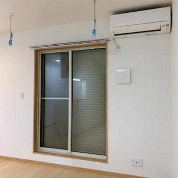 リビング、洋室の窓には雨戸付きです。