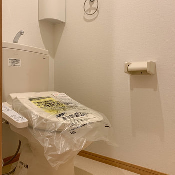 トイレにはもちろん、温水洗浄便座付き。
