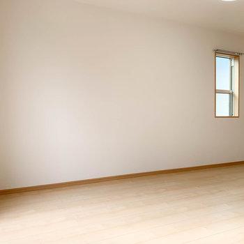 【LDK】角部屋なので、サイドにも小窓があります。