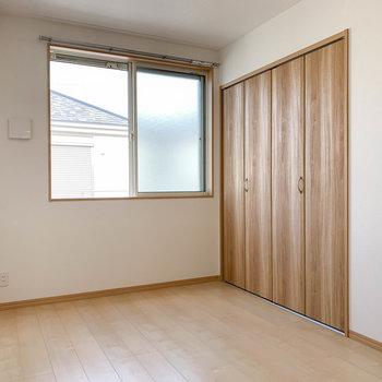 【洋室6.2帖】窓の下にテレビのアンテナ線があります。