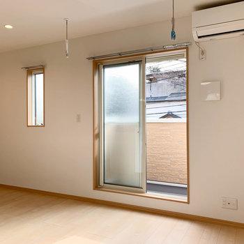 【LDK】窓辺には室内物干し受けもあります。