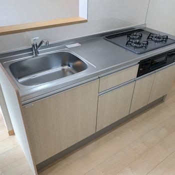 【LDK】キッチンはグリル付きの3口ガス。しっかりと料理のできる作りです。