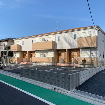 新築、爽やかな色合いの建物です。