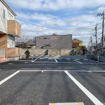 建物前には5台分の駐車場。