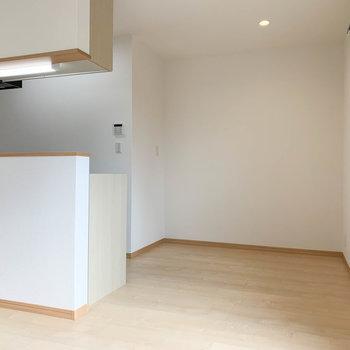 【LDK】窓からクルッと左を向くと。キッチン近くにテーブルなどが置けそう。