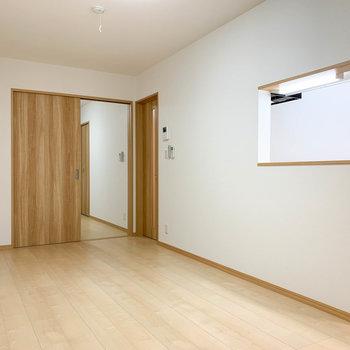 【LDK】右の扉は廊下へ続きます。
