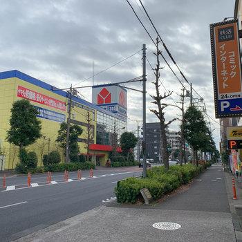 駅からの道中には家電量販店もありました。