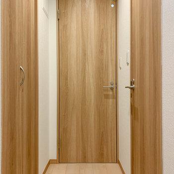 右がトイレ、正面が脱衣所、左に収納があります。