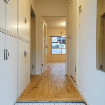 玄関もゆったり白タイル※写真は前回募集時のものです