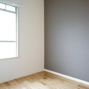 【洋室】クールなグレーのアクセントクロスがあります。※写真は前回募集時のものです