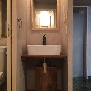 独立洗面台もクールなデザインです。