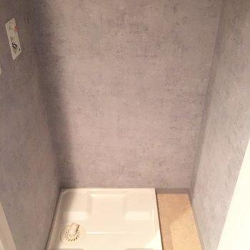 洗濯機置き場は玄関横の扉の内側に。