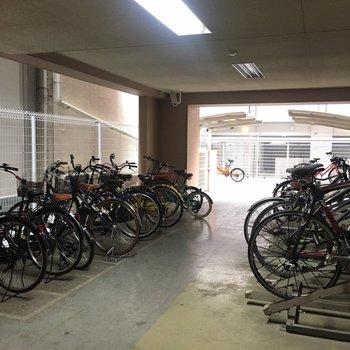 駐輪場も広々と。