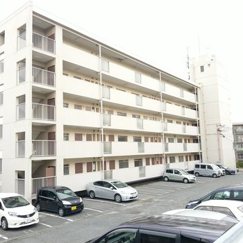5階建ての大きな横長マンションです。