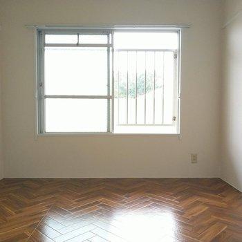 こちらは玄関横の洋室。窓は共用廊下に繋がるのでブラインドや簾で目隠しを。