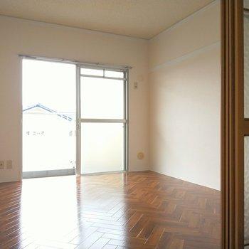 こちらはダイニング入って右の洋室。リビングルームに。