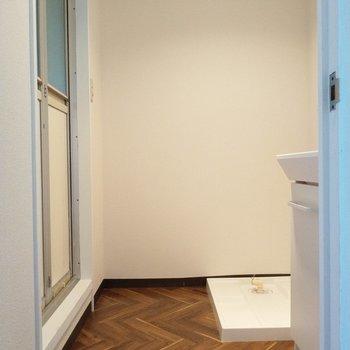 脱衣所に洗濯機置き場も。
