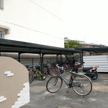 駐輪場は大きめ。屋根付きなので、雨風も防げますね。