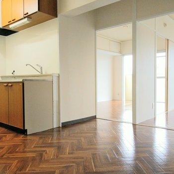キッチンから呼びかけたい!ヘリンボーンの床が素敵。
