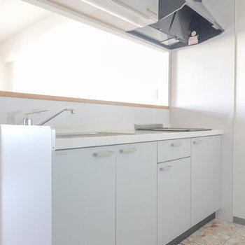 白基調のキッチン。大理石の床が華やかさをプラス。
