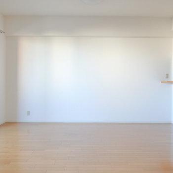 横から見るとミニマルな印象。存在感のあるソファなどを置けばより際立つ空間に。