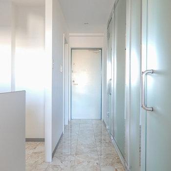 玄関から続く大理石の床。その隣には半透明のガラスに隠された空間が…?