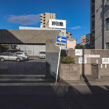 駐車場は建物裏側に。専用ゴミ置き場もこちらにあります。