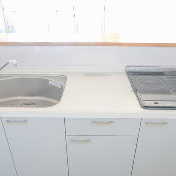 コンロは2口IH。広めのシンクで洗い物がラクになりそう!