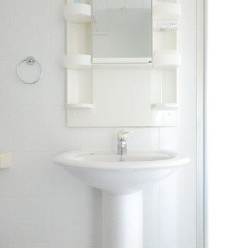 洗面台のシンクもミニマルな見た目でホテルライク。