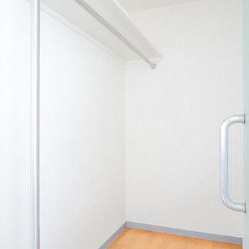 バスルームのお隣にはウォークイン!全身鏡を置くこともできそうな広さ。