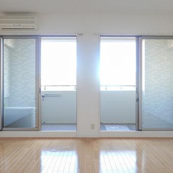 洋室は約14帖とひとりでは十分過ぎるほどの広さ!2つの窓が光をたっぷり取り入れてくれます。
