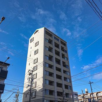 街の中でも一際高いマンションの1室です。