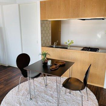 カウンターキッチンの前はダイニングスペースに※写真は反転同間取り別部屋のもの。