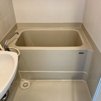 浴室はシンプルなデザイン※写真は反転同間取り別部屋のもの。