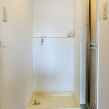 浴室前に洗濯機置き場※写真は反転同間取り別部屋のもの。