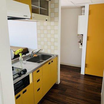 キッチンは広めです。黄色で明るい印象※写真は反転同間取り別部屋のもの。