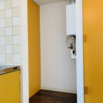 奥には冷蔵庫を※写真は反転同間取り別部屋のもの。
