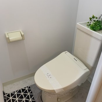 おトイレは程よいスペース※写真は反転同間取り別部屋のもの。