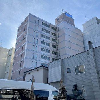 建物に囲まれた立派なマンションが今回のおうち。