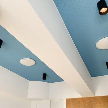 天井にはさわやかブルー。スポットライトも◎※写真は反転同間取り別部屋のもの。