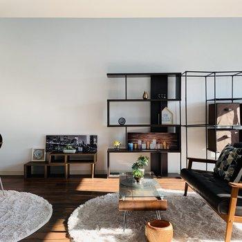 天井も高く開放的な空間です※写真は反転同間取り別部屋のもの。