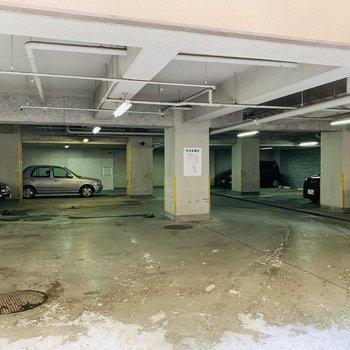 1階は駐車場になってます