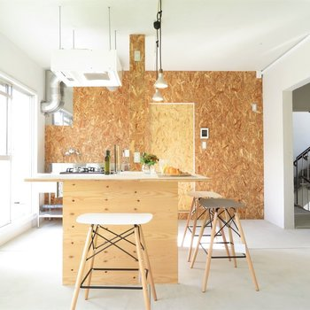 アイランドキッチンを中心にナチュラルな空間に
