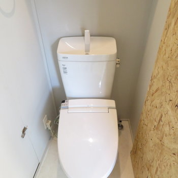 トイレには温水洗浄便座付き
