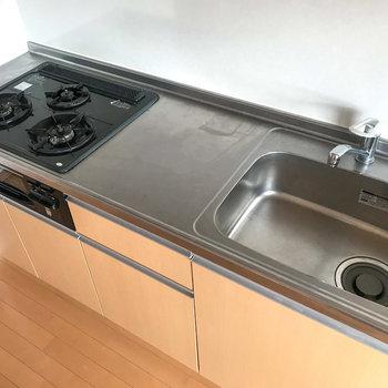 システムキッチンはガスの3口コンロ!使いやすそうです。